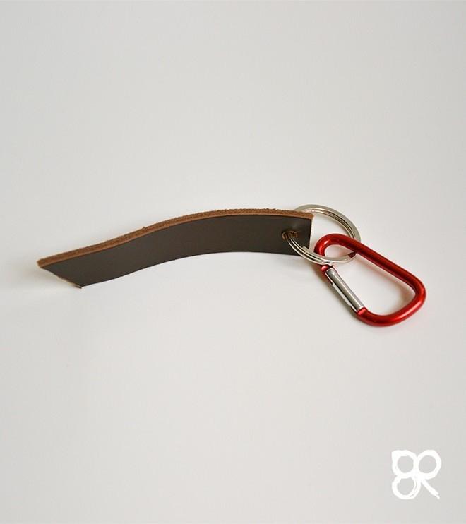 Brązowy z czerwonym - skórzany brelok do kluczy